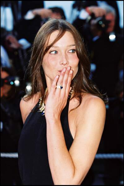 Carla Bruni et ses cheveux longs châtains au festival de Cannes en 1999