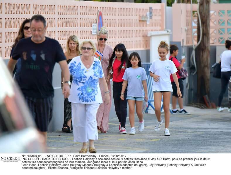 La famille Hallyday devant l'école de Jade et Joy : Jean Reno leur parrain était à leurs côtés