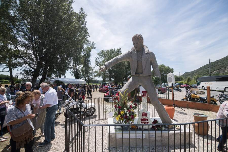 Evidemment, la statue de Johnny Hallyday tient un micro dans sa main