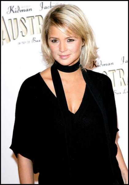 Un blond éclairci, un foulard et un crayon noir composent le look favori de Virginie Efira