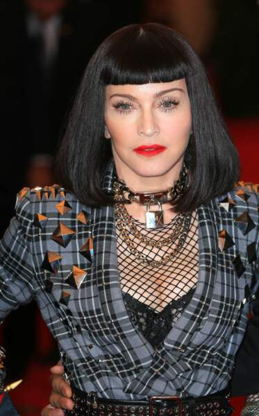 Madonna avec une frange ultra courte et un carré long noir corbeau, au Met Gala en 2013