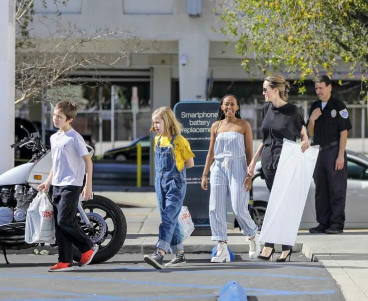 Angelina Jolie et ses enfants Zahara, Knox et Vivienne sortent d'un restaurant japonais à Hollywood.