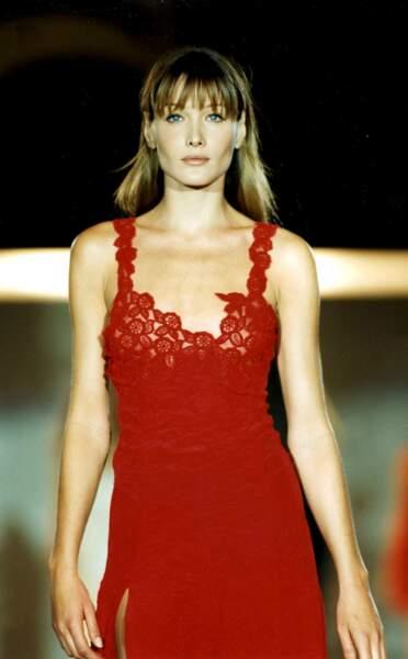 Carla Bruni et ses cheveux longs châtain clair et sa frange effilée, à la Fashion Week de New York en 1993