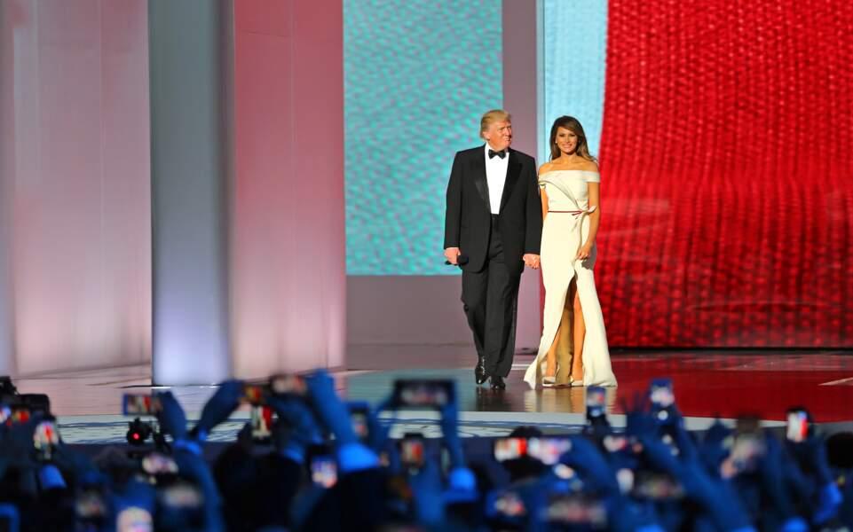 Melania Trump en robe à épaules dénudées Hervé Pierre, lors du bal d'investiture, le 20 janvier 2017