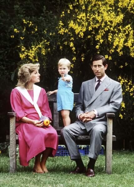 Le prince Charles et la princesse Diana avec William, dans le jardin de Kensington Palace en 1984