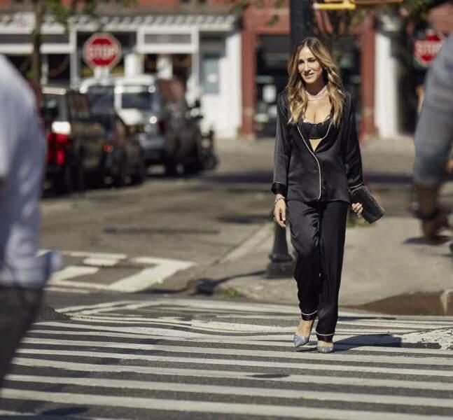 Sarah Jessica Parker ultra lookée en brassière et pyjama en soie prend la pose pour Intimissimi