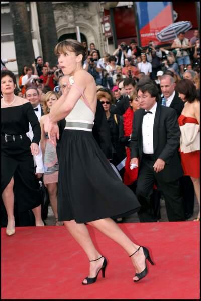 Sophie Marceau rattrape sa bretelle lors du festival de Cannes en 2005