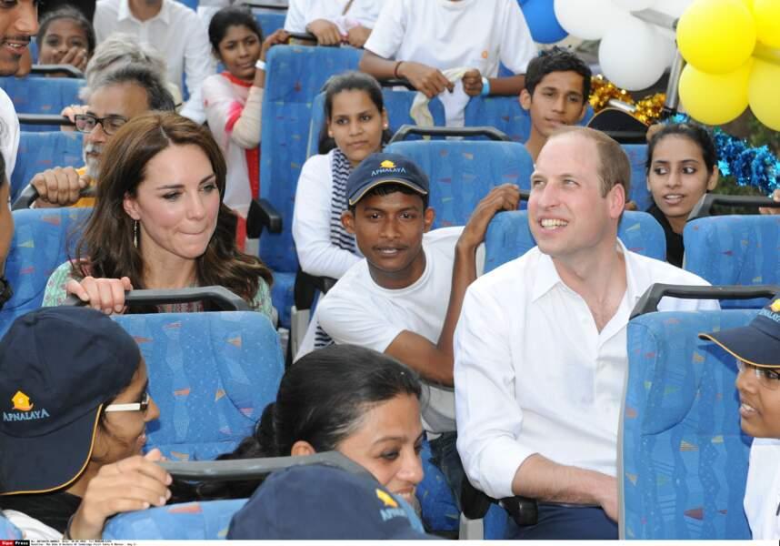 Mêlés à la population le plus naturellement du monde Kate Middleton et le prince William visitent