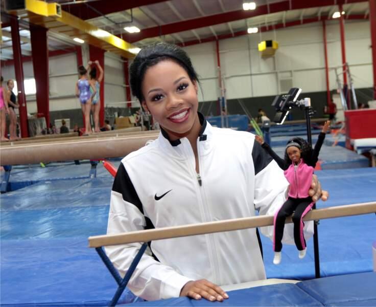 La gymnaste et championne olympique américaine Gabby Douglas, pose avec sa poupée Barbie