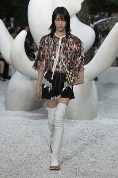 Un look arty et bohème avec des cuissardes blanches pour la collection Croisière de Louis Vuitton 2019