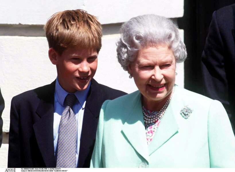 Harry et Elizabeth II lors des 98 ans de la reine mère à Clarence House, en 1998