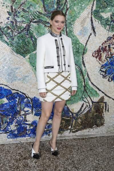 Léa Seydoux, égérie Louis Vuitton tout en blanc et les cheveux wet