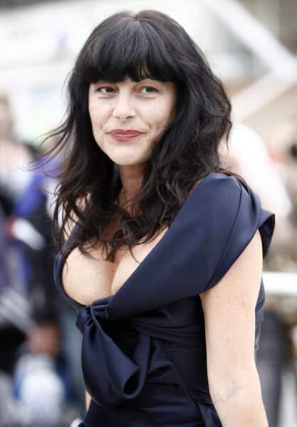 Lors du festival de Cannes 2009, Lio avait paradé sur le tapis rouge avec un décolleté des plus généreux.