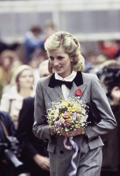 Diana rehausse sa sillhouette élégante d'un délicat noeud papillon