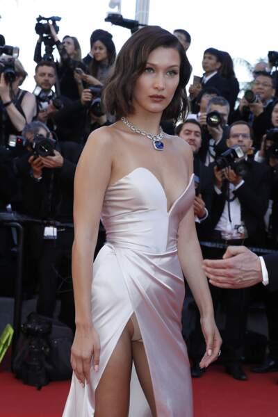 Décidément, Bella Hadid raffole d'en montrer plus que de raison, ici au festival de Cannes 2017.