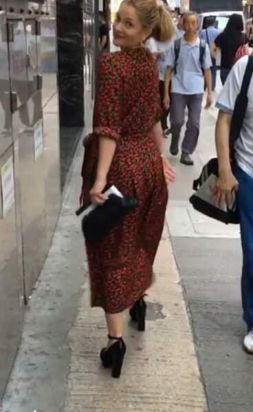 Drew Barrymore tout sourire dans les rues de Hong Kong en octobre dernier