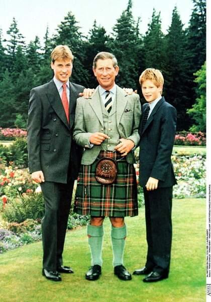 Le prince Charles, avec ses fils William et Harry à Balmoral en 1999
