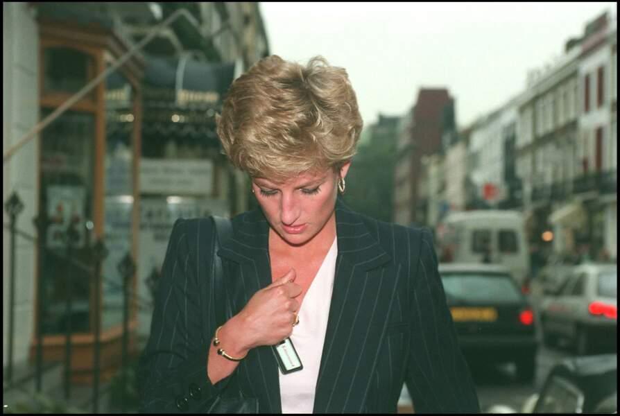 La princesse Diana avec un bracelet à pierres bleues, à Londres, en 1994