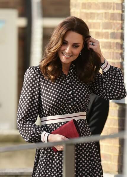 kate Middleton en robe Kate Spade et pochette Mulberrry