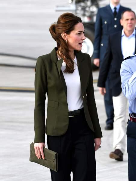 Féminine en toutes circonstances, Kate avait attaché ses cheveux en demi-queue