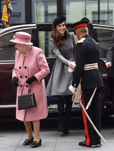Kate Middleton chic en bibi et manteau gris, elle fait sa première sortie en solo avec la reine Elizabeth II