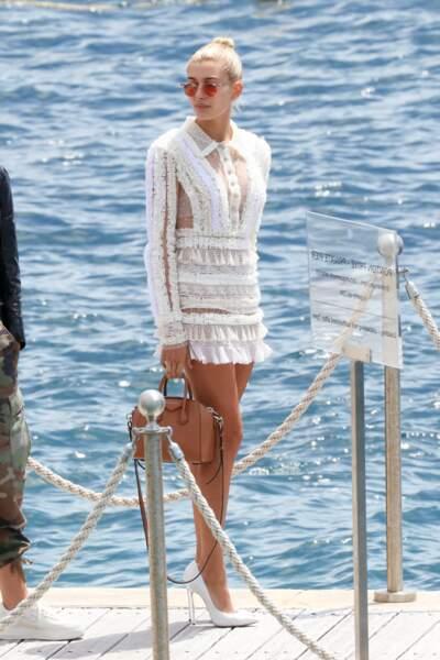 Très lookée en quittant son hôtel pour rejoindre le festival de Cannes