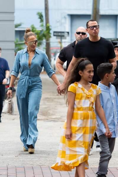 Jennifer Lopez avec Alex Rodriguez, les enfants et un sac Hermès en croco, à Miami, le 20 avril 2019.