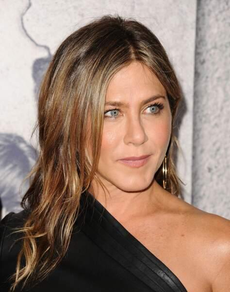 Jennifer Aniston a misé dans les premières sur le side-hair qui sublime le visage
