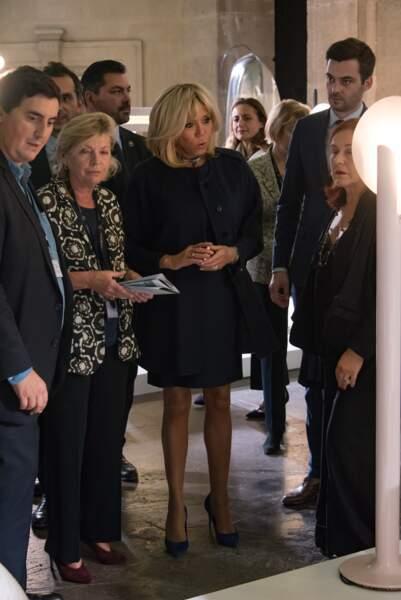 Brigitte Macron admirative à la FIAC