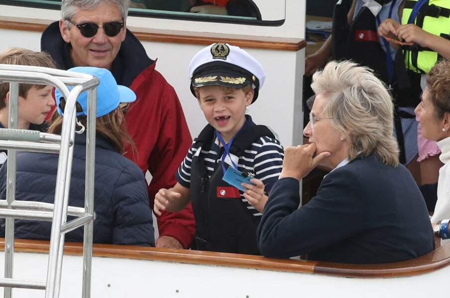 Lors de la régate de leurs parents, George et Charlotte étaient entourés de leur grand-père, Michael Middleton