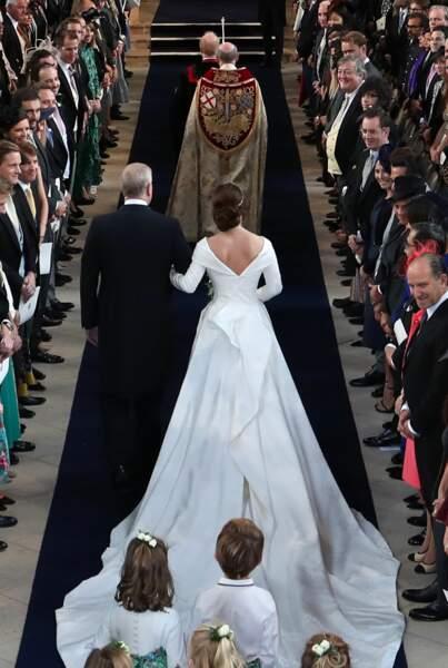 Princess Eugénie se marie dans une robe au décolleté plongeant et à la longue traîne