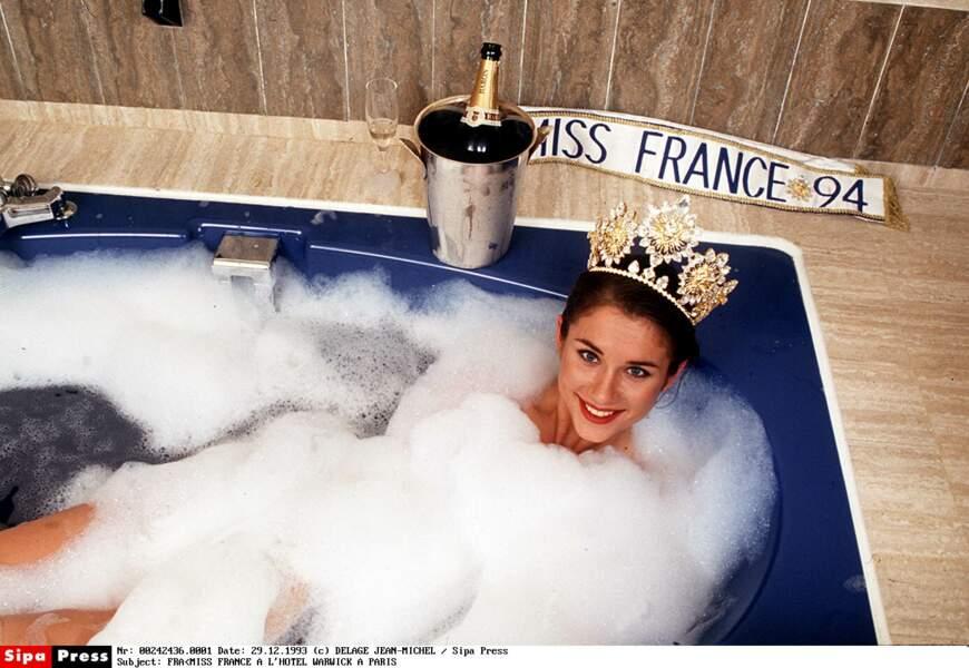 Bain de mousse et couronne de Miss France 1994 pour Valérie Claisse, originaire de la Loire, dès décembre 1993.
