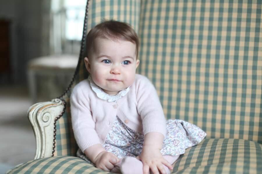 Kate Middleton photographie la petite Charlotte pour ses six mois.