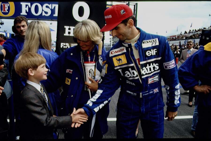 Le prince Harry, impressionné de rencontrer le champion de F1 Damon Hill sur le circuit de Silverstone, en 1993