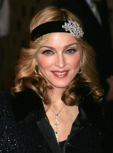 Madonna, coiffée d'un headband orné d'une fleur en strass, en 2005 à New York