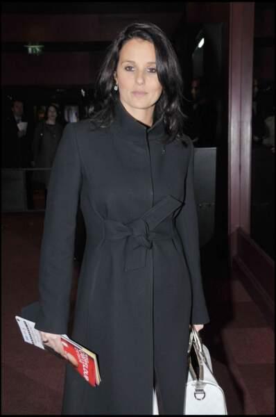 Faustine Bollaert classe avec un manteau long de velours noire  le 24 avril 2008 à Paris