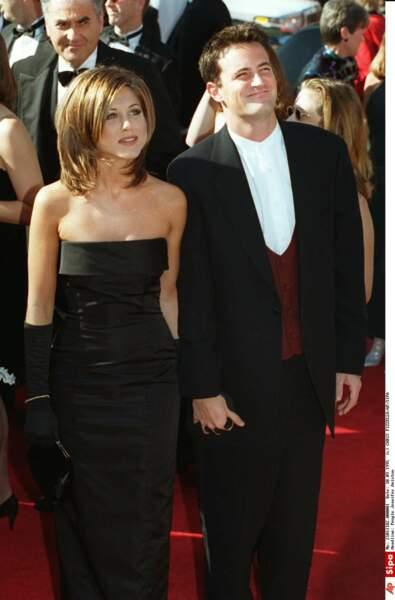 """Jennifer Aniston avec la fameuse """" coupe Rachel """" ici avec Matthew Perry en 1995"""