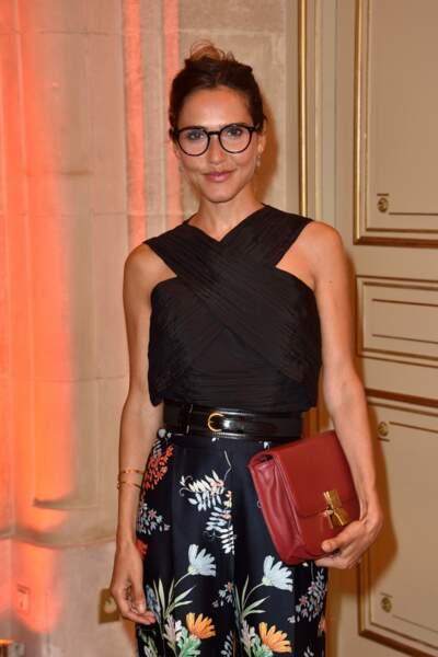 Joyce Jonathan, lunettes de vu en top croisé noir et pantalon fleuri