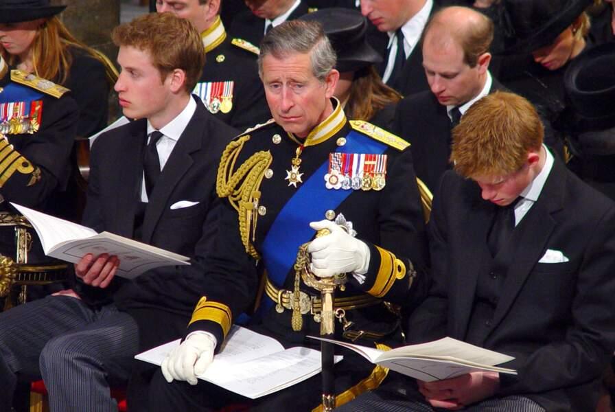 Le prince Charles ne peut cacher sa peine lors des obsèques de la Reine Mère le 9 avril 2002 à Windsor