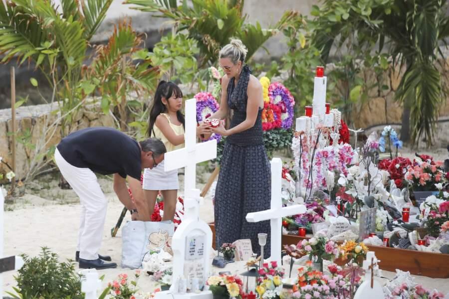 Laeticia et Joy Hallyday déposent des bougies sur la tombe de Johnny à Saint-Barthélemy, le 23 avril 2018