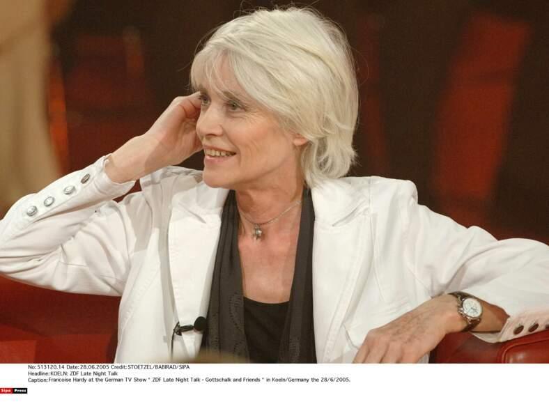 2002: son blond cendré laisse place à un blanc neige. Radical mais tellement classieux !