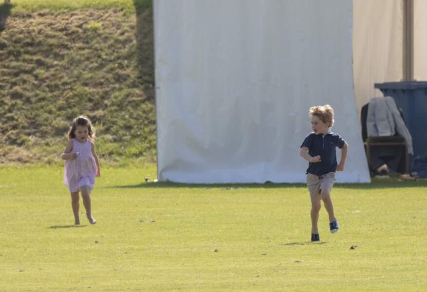 Le prince George et la princesse Charlotte courent dans le parc