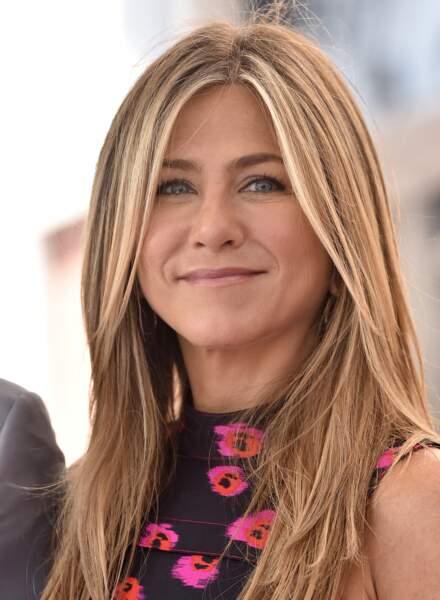 Jennifer Aniston avec un blond très éclairci et toujours les mèches qui encadrent son visage