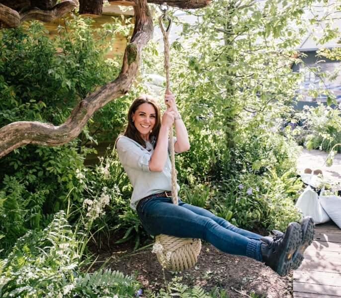 """Kate Middleton décontractée en jean pour le """"Chelsea Flower Show garden """""""