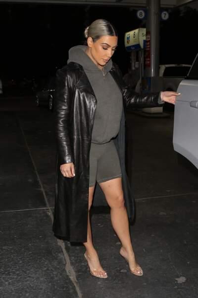 Kim Kardashian nous bluffe avec ces talons invisibles en plexi.