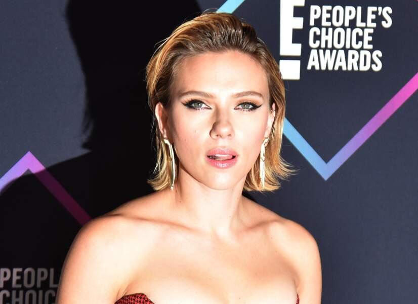 """Comment twister un carré classique le temps d'une soirée ? En adoptant un look """"wet"""" comme Scarlett Johansson"""