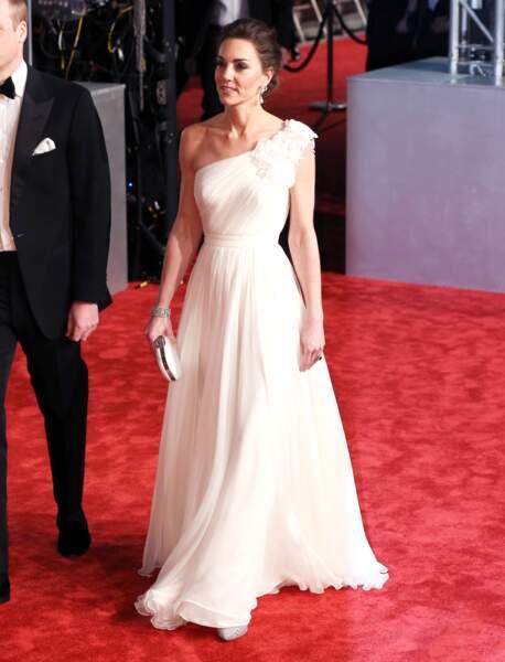 Elle portait pour l'occasion une magnifique robe asymétrique blanche de la maison Alexander McQueen