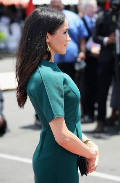 Sous sa robe verte, un petit ventre rond pour Meghan Markle enceinte de douze semaines le 25 octobre 2018.