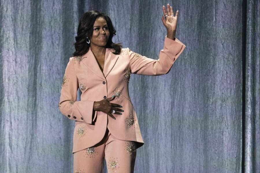 A cette occasion, elle arborait un ensemble pantalon veste rose poudré parsemé de strass.