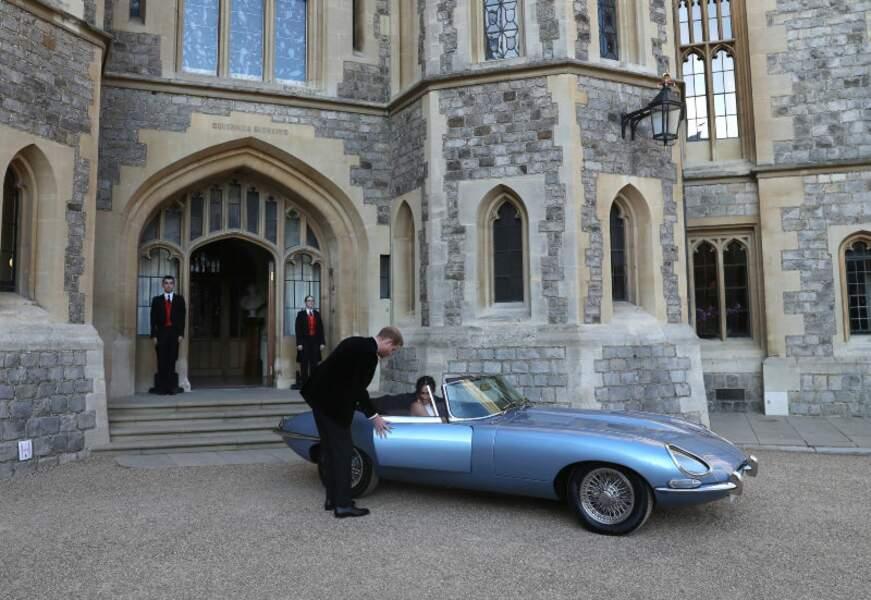 Gentleman, le prince Harry ouvre la portière de son épouse